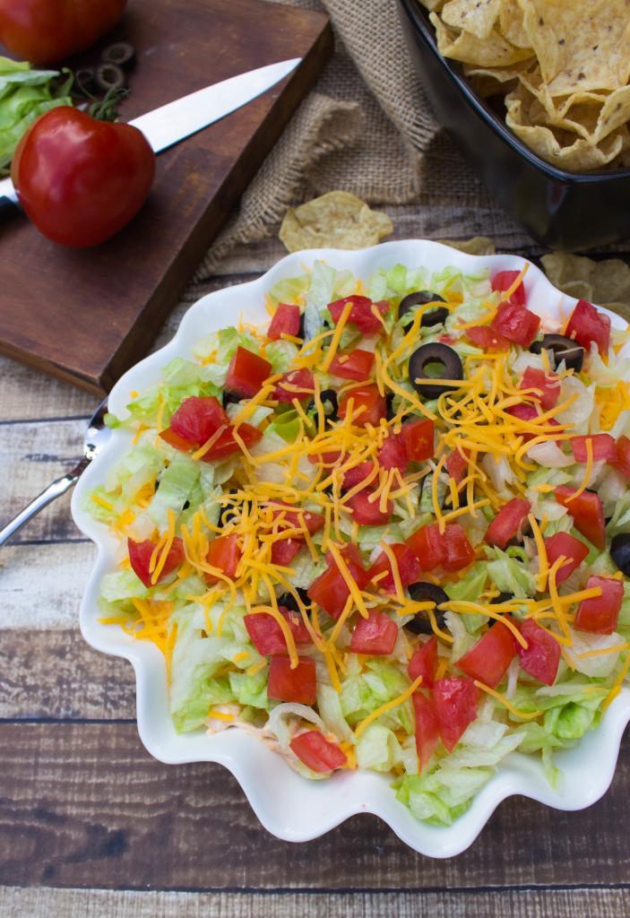 Easy taco dip recipe-- so good! || SugarSpunRun.com